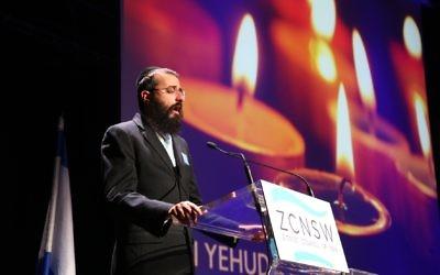 Rabbi Yehuda Niasoff singing memorial prayers at the Yom Hazikaron service in 2016. Photo: Giselle Haber.