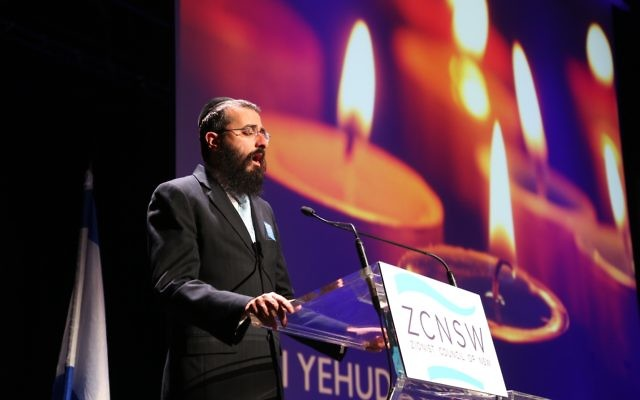 Rabbi Yehuda Niasoff singing memorial prayers at the Yom Hazikaron service in 2016. Photo: Giselle Haber.