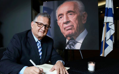 Richard Balkin signing the ZCNSW condolence book in honour of Shimon Peres. Photo: Noel Kessel.