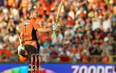 Klinger doing everything he can to get Australia over the line.