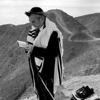 Rabbi Kennard davens shacharit on Har Tzfachot near Eilat.