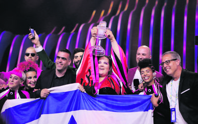 Netta and the Israeli team with the Eurovision trophy. Photo: Thomas Hanses