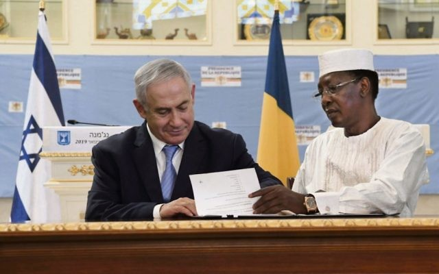 Benjamin Netanyahu and President Idriss Deby sign an official memorandum on the resumption of relations between Chad and Israel. Photo: Kobi Gideon, GPO