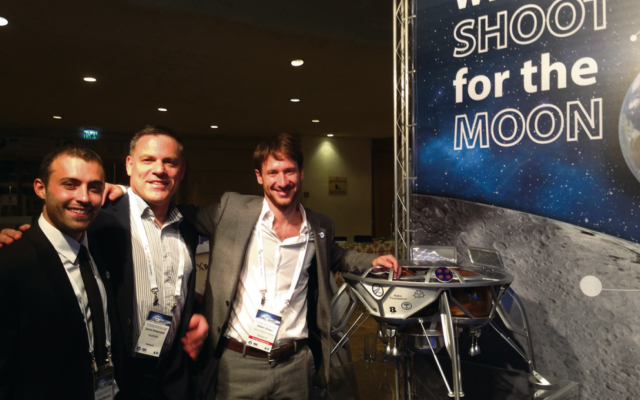 David Shteinman (centre) with mission analysts Adam Michaels and Adam Greene and a mock-up of Beresheet.