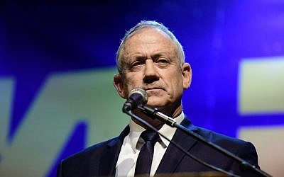 Blue and White party leader Benny Gantz speaks during a demonstration held by Israeli opposition parties outside the Tel Aviv Museum, May 25, 2019. (Tomer Neuberg/Flash90)