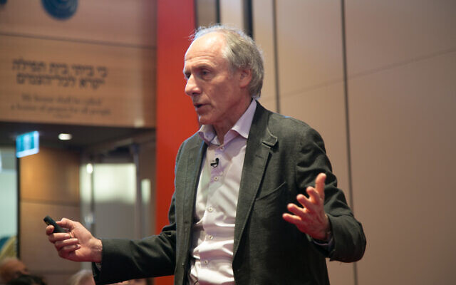 Dr Alan Finkel speaking at Sydney's Emanuel Synagogue last year.