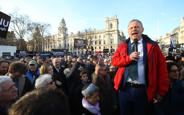 John Mann addressing a rally outside Parliament protesting Labour antisemitism in 2018.