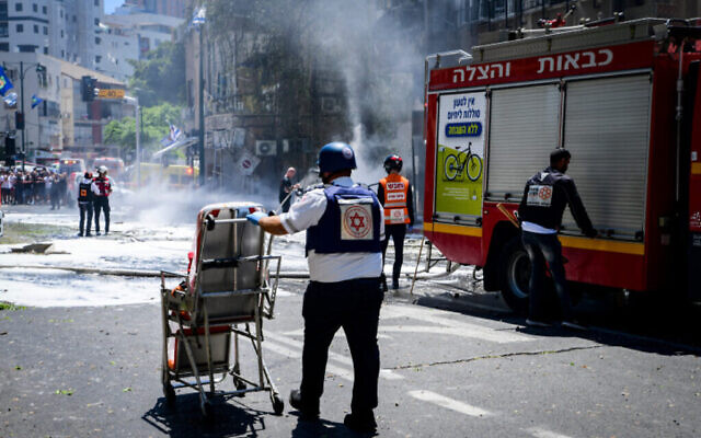 Police and rescue personnel at the scene of arocket hit  in Ramat Gan which was fired from the Gaza stripl, leaving one Israeli dead  on May 15, 2021. Photo by Avshalom Sassoni/Flash90 *** Local Caption *** 