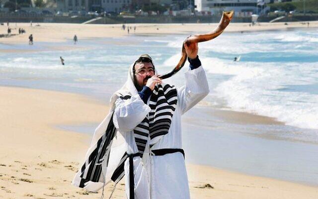 Rabbi Eli Schlanger blows a shofar on Bondi Beach in pre-pandemic days.
