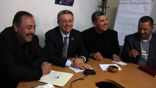 مصطفى برغوثي -الثاني من اليمين- مع مسؤولين فلسطينيين (عصام ريماوي/ فلاش 90)