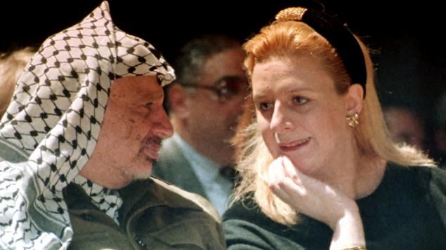 سهى عرفات والزعيم الفلسطيني الراحل ياسر عرفات حضور مؤتمر في قطاع غزة يوم 5 أبريل 1995. (تصوير: نبيل يهوذا / AP)