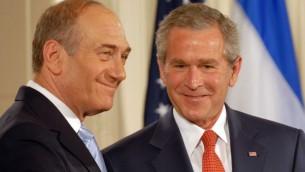رئيس  الولايات المتحدة السابق جورج بوش يرحب برئيس الوزراء الاسرائيلي السابق اهود اولمرت في البيت الابيض (بعدسة افي اوحايون/ جي بي او/ فلاش 90 )