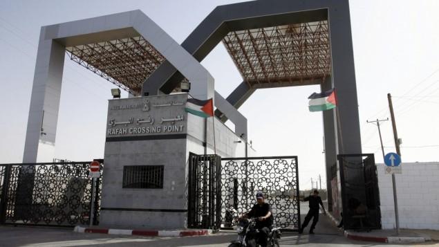 قوات امن حماس تحرس البوابة المغلقة في معبر رفح على حدود مصر (بعدسة رهام خطيب/ فلاش 90)