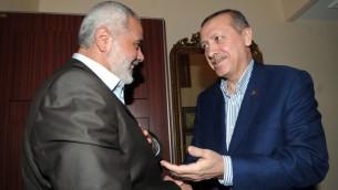 رئيس الحكومة التركية رجب طيب اردوغان مع قائد حماس اسماعيل هنية في اسطانبول 2012 (Mohammed al-Ostaz/ Flash 90)