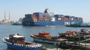 سفينة شحن تعبر قناة السويس(photo credit: CC BY Argenberg, Flickr)