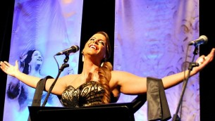 المغنيو نسرين قدري اثناء عرضها مع أوركسترا البحر المتوسط الاندلوسية في أشكلون ديسمبر 2013 (بعدسة يورام بلومينكرانتس)