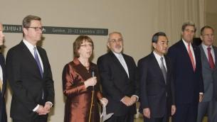 جون كيري مع وزراء  P5+1 ووزير الخارجية الايراني جافاد زاريف يستمعون لكلمة اشتون في جنيف 2013 (State Department photo/ public domain)