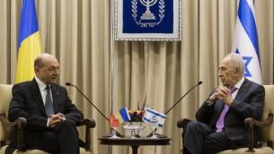 الرئيس الروماني ترايان بيساتشو في لقاء مع الرئيس شمعون بيريس في القدس يناير 2014 (فلاش 90)