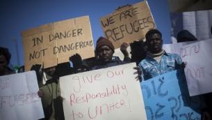 مهاجرون سودانيون في مظاهرة امام الكنيست (فلاش 90)