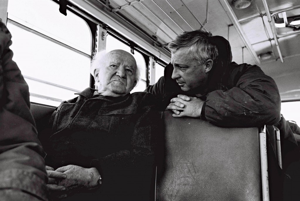 دافيد بن جوريون واريئل شارون في حافلة تسافر الى جانب الحدود المصرية 1973 (الجيش الاسرائيلي/ فلاش 90)