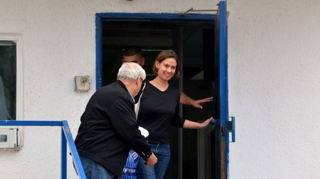عنات كام عند تركها سجن نيفي تيرتسا يوم الاحد 26 يناير 2014 (بعدسة يوسي زيلجر/ فلاش 90)
