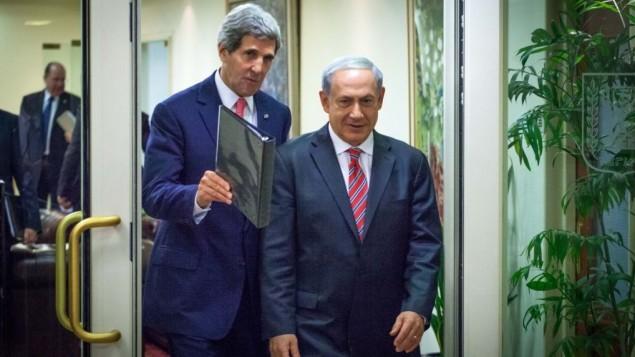 رئيس الوزراء بنيامين نتانياهو مع جون كيري اثناء وصولهما الى مؤتمر صحفي مشترك في القدس 2013 ( بعدسة اميل سلمان/ فلاش 90)