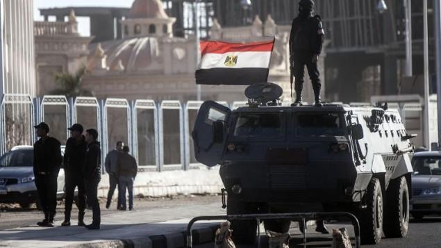 آلية تابعة للشرطة المصرية في القاهرة 28 يناير 2014 (محمود خالد/ أ ف ب)