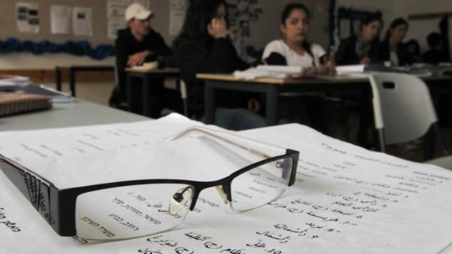 طلاب اسرائيليون يتعلمون اللغة العربية في مدرسة برانكو وايز في بيت شمش (بعدسة ناتي شوحاط/ فلاش 90)