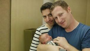 عران بنيني وأفي كورن زوج اسرا~يلي مع طفلهما الذي ولد طريق حاضنة في تايلاند (من الفيسبوك)