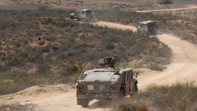 دورية الجيش الاسرائيلي بالقرب من الحدود مع غزة (جيلي ياعاري/ فلاش 90)