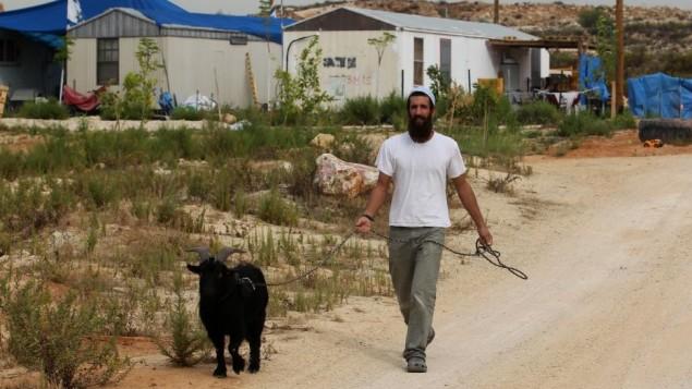مستوطن اسرائيلي في تسوفيم بجانب القرية الفلسطينية قلقيلية بالضفة الغربية (بعدسة ناتي شوحاط/ فلاش 90)
