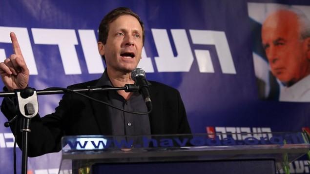 يتسحاق هرتسوج في تل ابيب بعد فوزه بانتخابات حزب العمل (بعدسة جدعون ماركوبيتش / فلاش 90)