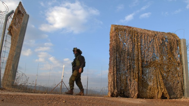جندي اسرائيلي عند سياج الحدود مع لبنان (بعدسة حمد الماكت/ فلاش 90)