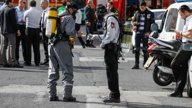 رجال الانقاذ في ساحة الحادث حيث سممت عائلة باكملها من مبيد الحشرات 22 يناير 2014 (فلاش 90)