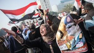مناصرو السيسي يحملون صورته في ذكرى الثورة (ا ف ب محمود خالد)