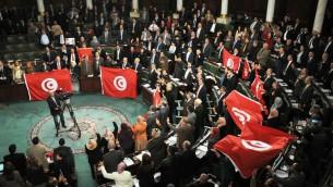 اعضاء البرلمان التونسي يحتفلون باقرار الدستور الجديد 26 يناير 2014 (أ ف ب)