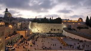 صورة توضيحية لطقوس عبادة يهودية في حائط المبكى في البلدة القديمة بالقدس (بعدسة ماتانيا تاوتسيج/ فلاش 90)