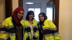 شادية جردات,  مهندسة مدنية (في المركز) مع زميلتها- ثلث المهندسين في هذا المشروع نساء (بعدسة الحانان ميلر/ طاقم تايمز أوف اسرائيل)