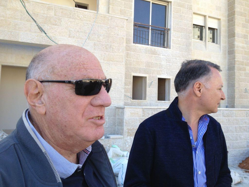 المستشار السابق لشارون, المحامي دوف وايزجلاس مع المدير التنفيذي لمشروع روابي بشار المصري (بعدسة الحانان ميلر)