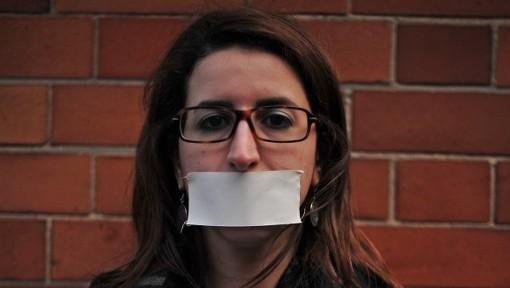صحفية قناة الجزيرة حورية حداد في مظاهرة تضامن مع زملائها المعتقلين في مصر 20 فبراير 2014 (أ ف ب)