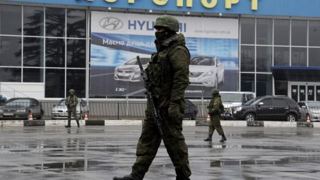 مطار سيمفروبول في القرم مفتوح ومسلحون يقومون بدوريات في الخارج 28.02.2014 (أ ف ب)