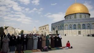 صلاة جماعية المسجد الاقصى في القدس (أ ف ب)