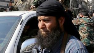 جندي من المعارضة وحوله مسلحين في ضواحي دمشق في فترة اتفاق وقف النار بين النظام والمعارضة 17 فبراير 2014 (أ ف ب)