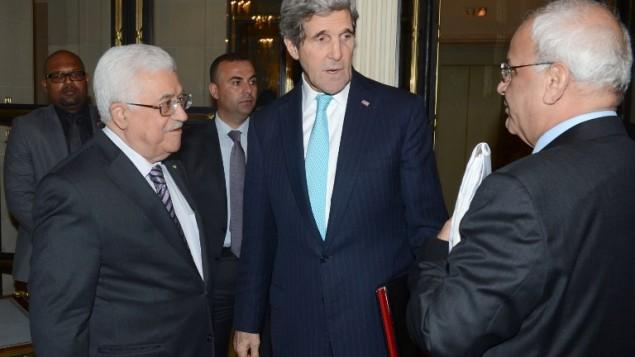 محمود عباس, جون كيري وصائب عريقات في باريس فبراير 2014 (أ ف ب )