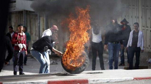 متظاهرون فلسطينيون في الخليل يوم الجمعة في ذكرى مجزرة الحرم الابراهيمي 21.02.2014 (أ ف ب)