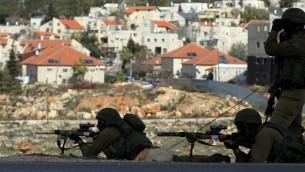 جنود اسرائيلين في الضفة الغربية خلال اشتباكات مع الفلسطينين في مخيم الجلزون 21 فبراير 2014 (فلاش 90)