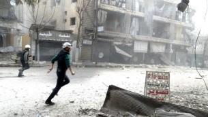 قوات الانقاذ تركض في اعقاب تقارير عن غارة جوية سورية في مدينة حلب 26 فبراير 2014 (بعدسة محمد الحلبي/ أ ف ب)