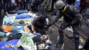 جثث ضحايا المظلهرات بجانب النشطاء المعارضينللنظام في كييف اوكرانيا 20.02.2014 (أ ف ب)