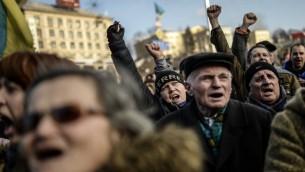 متظاهرون معارضون للنظام يهتفون في ميدان الاستقلال في كييف (أ ف ب)