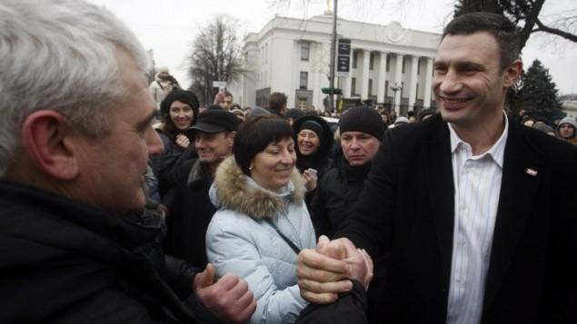 فيتالي كتشيكو رئيس حزب UDAR (اللكمة)امام البرلمان الاوكراني في كييف 23 فبراير 2014 (صورة أ ف ب)